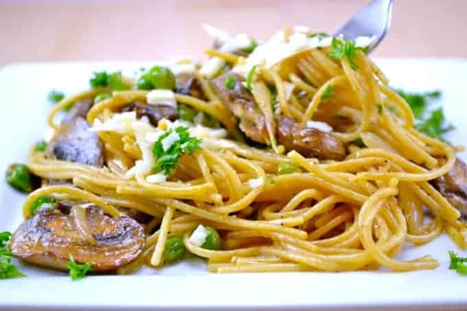 garlic-butter-spaghetti-with-roasted-mushrooms-and-peas-2