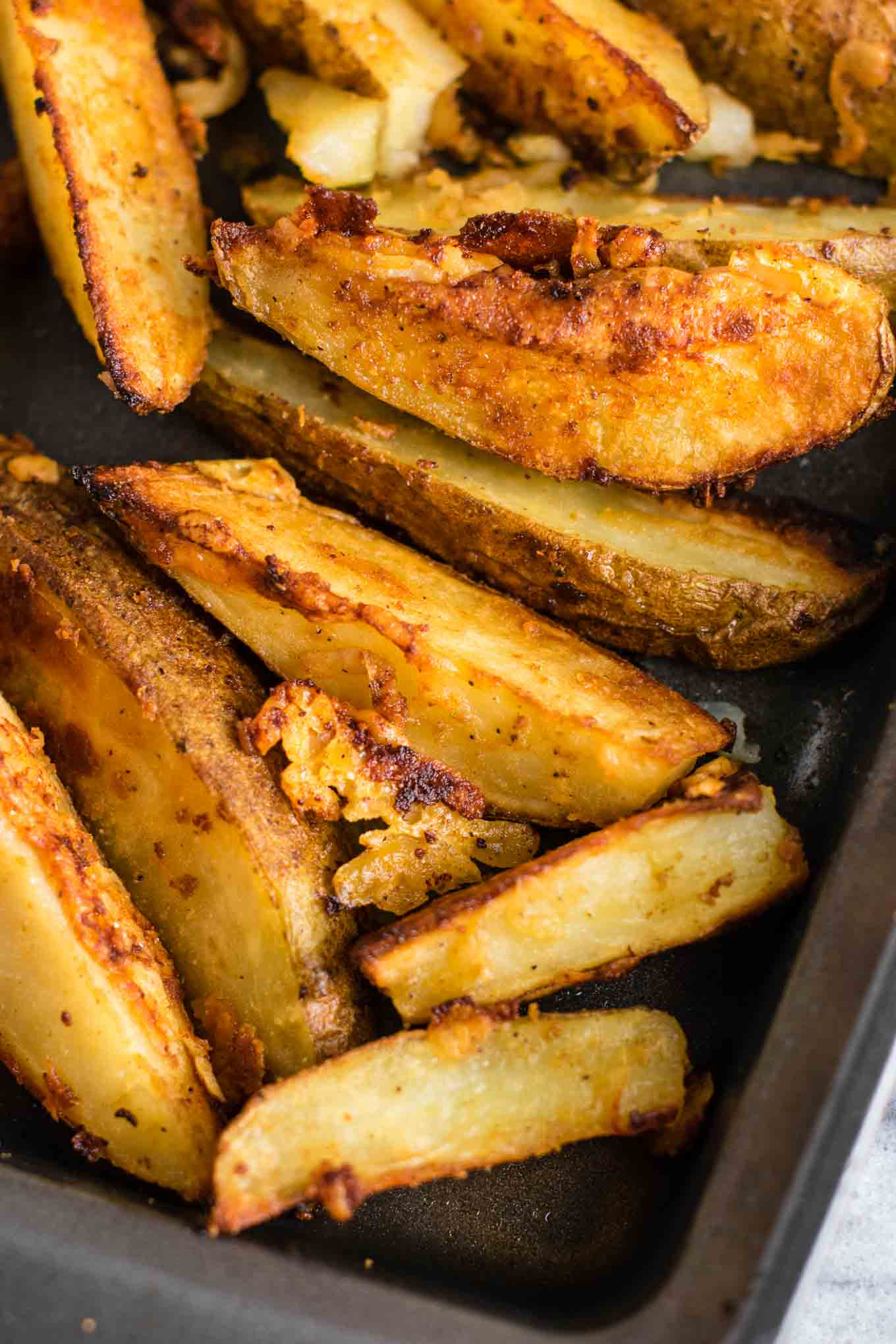 parmesan garlic potato wedges - freshly grated parmesan gives these those amazing crispy edges. Perfect easy side dish! #garlicparmesan #potatowedges #sidedish #vegetarian #parmesan #dinner