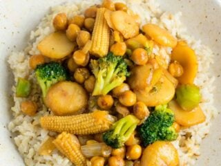 This easy vegan chickpea stirfry bowl with brown rice will be a hit with the whole family! #vegan #veganstirfry #chickpeastirfry #vegandinner