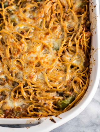 The best vegetarian baked spaghetti recipe - easy meatless dinner that tastes delicious! #meatless #vegetarian #bakedspaghetti #dinner #vegetarianspaghetti