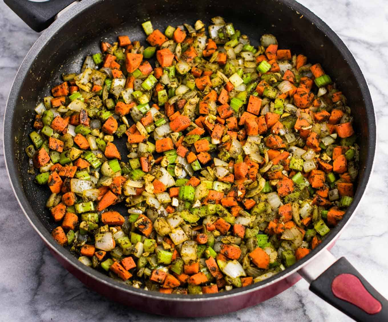 The best vegan stuffing recipe – with garlic, onion, carrots, celery, and sage. This tastes amazing and everyone loves it! #vegan #stuffing #thanksgiving #veganrecipe #vegetarian #thanksgivingstuffing #glutenfree