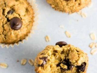 Oatmeal chocolate chip cookie muffins - breakfast that tastes like dessert! #chocolatechipmuffins #healthy #breakfast #wholewheat #oatmealchocolatechip