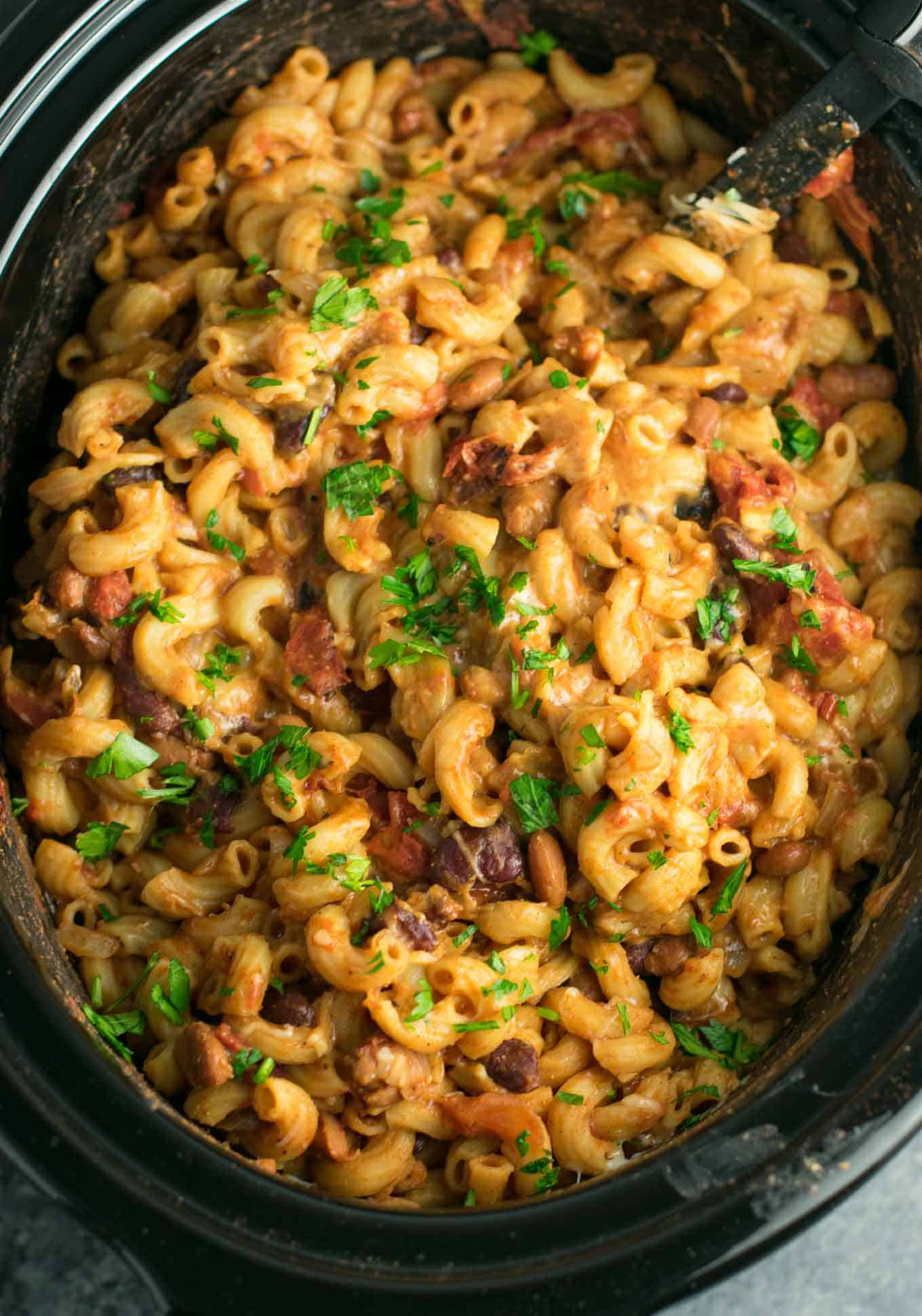 This Slow Cooker Vegetarian Chili Mac Recipe is made all in the crockpot (even the noodles!). A super easy vegetarian crockpot recipe to feed a crowd. #vegetarian #slowcooker #crockpot #chilimac