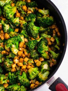 Broccoil garlic tofu stir fry – so easy and tastes amazing! #broccoli #tofu #stirfry #stirfrysauce #vegan #dinner #dinnerrecipe #stirfryrecipe #tofubroccoli #garlictofu