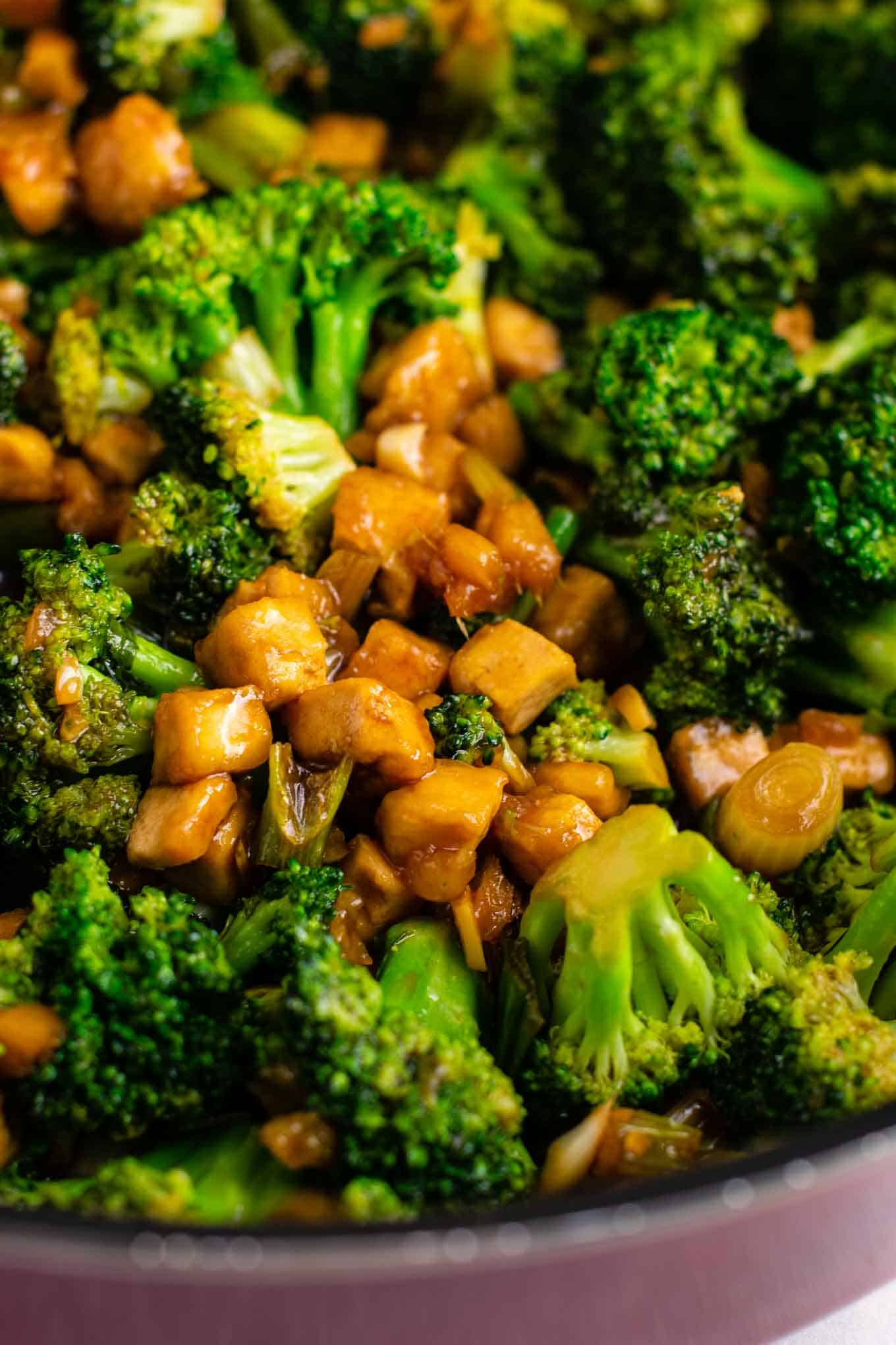 Broccoil garlic tofu stir fry – so easy and tastes amazing! #broccoli #tofu #stirfry #stirfrysauce #vegan #dinner #dinnerrecipe #stirfryrecipe #tofubroccoli #garlictofu