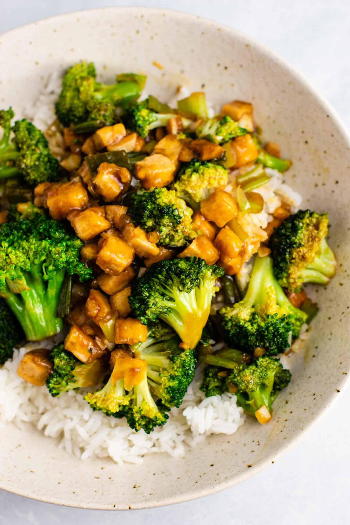 Broccoil tofu stir fry – so easy and tastes amazing! #broccoli #tofu #stirfry #stirfrysauce #vegan #dinner #dinnerrecipe #stirfryrecipe #tofubroccoli #garlictofu