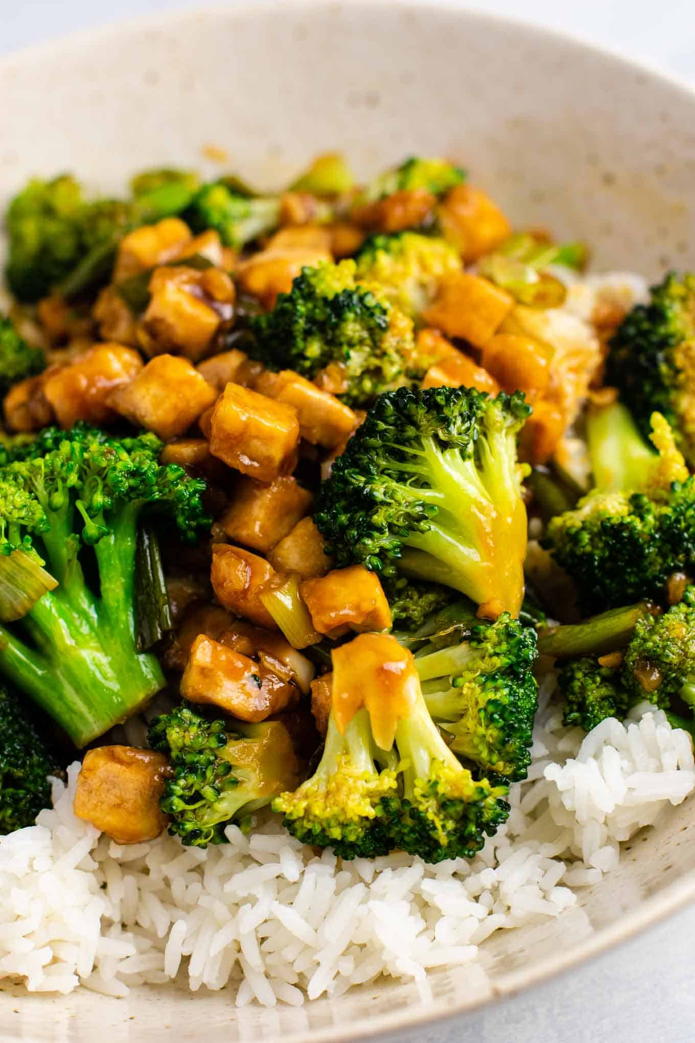 Broccoil and tofu stir fry – so easy and tastes amazing! #broccoli #tofu #stirfry #stirfrysauce #vegan #dinner #dinnerrecipe #stirfryrecipe #tofubroccoli #garlictofu