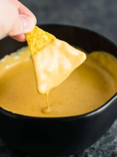 5 minute nacho cheese sauce recipe. Perfect for dipping, or poured over nachos! Just 6 ingredients! #nachocheesesauce #vegetarian #mexicanfood
