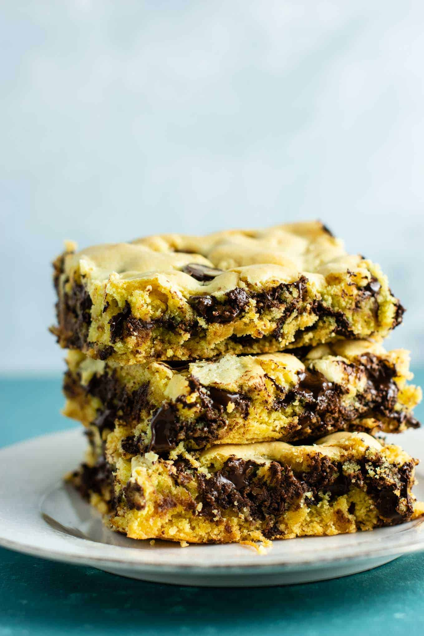 Cake mix cookie bars – make chocolate chip cookie bars with cake mix, chocolate chips, olive oil, and eggs! I always make these when I need a fast easy dessert! #dessert #cakemix #cakemixcookiebars #cookiebars #dessertrecipe #easydessert #easyrecipe