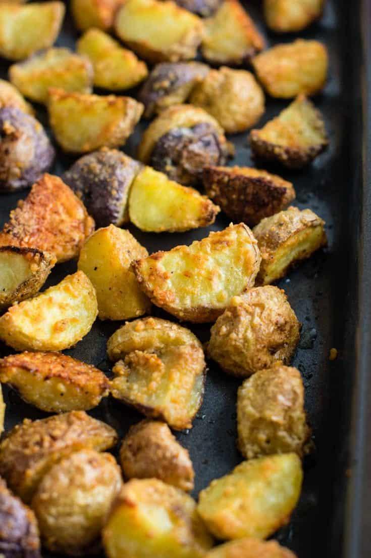 Easy garlic parmesan roasted potatoes recipe #garlicparmesanpotatoes #sidedishes #potatoes