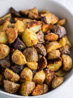 Easy garlic parmesan roasted potatoes recipe #garlicparmesanpotatoes #sidedishes #potatoes