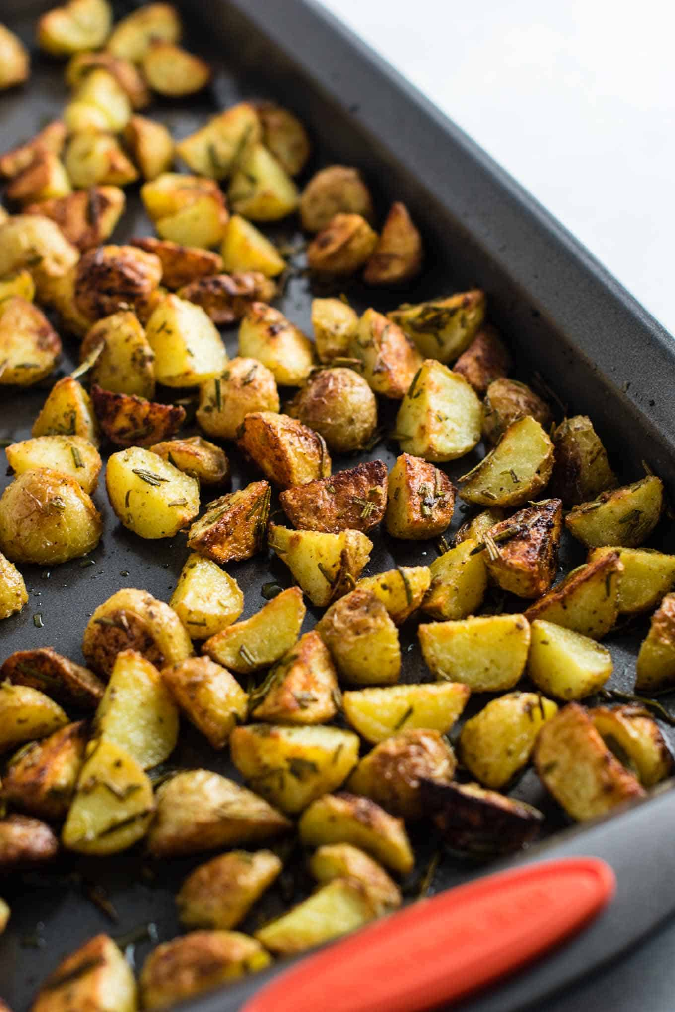 Rosemary roasted potatoes recipe made with fresh rosemary and olive oil. Everyone will love this easy side dish! #rosemaryroastedpotatoes #vegan #sidedish #roastedpotatoes