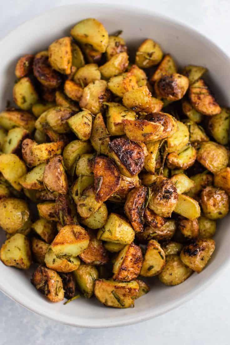 Rosemary roasted potatoes recipe made with fresh rosemary and olive oil. Everyone will love this easy side dish! #rosemaryroastedpotatoes #vegan #sidedish #roastedpotatoes