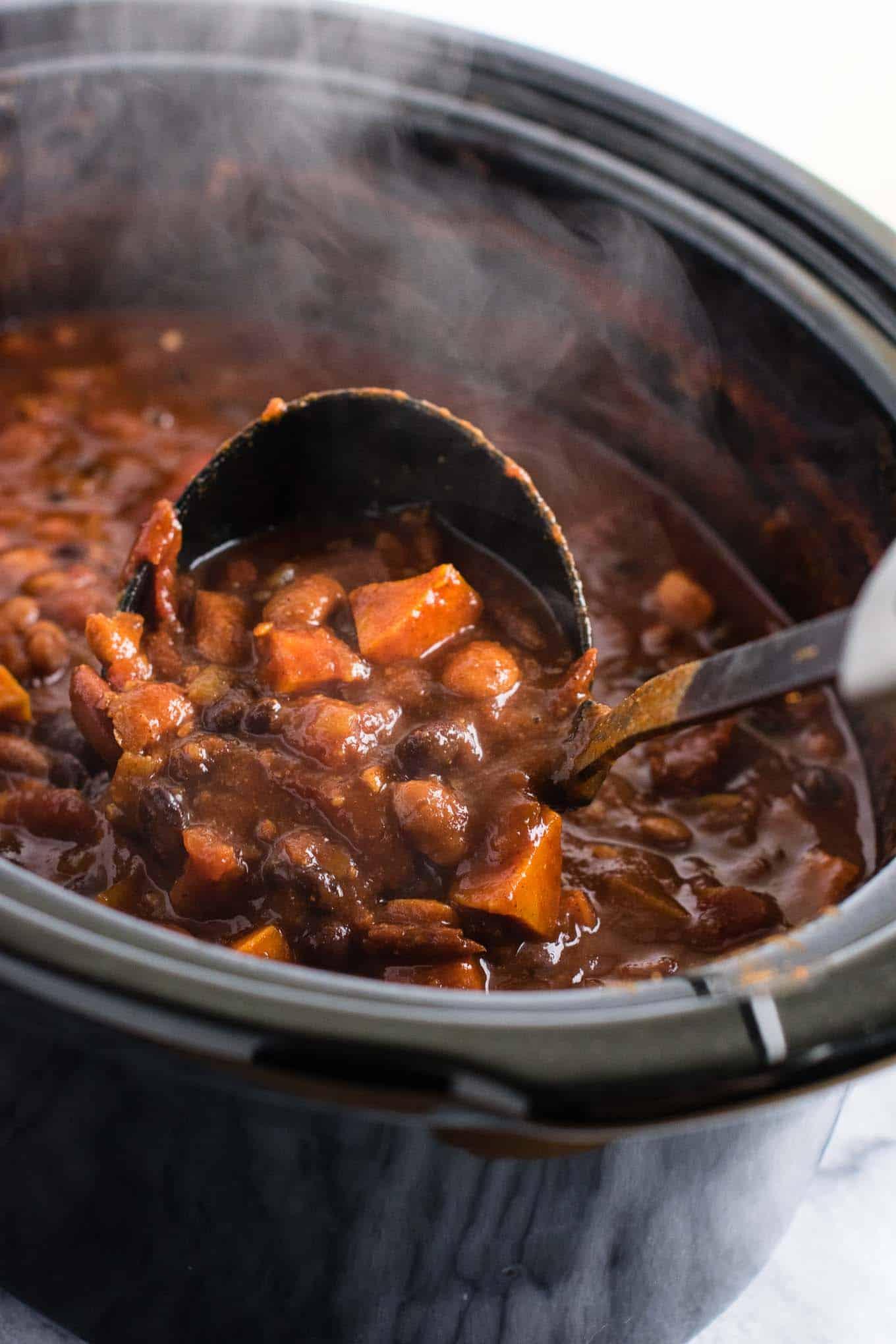 This slow cooker vegetarian sweet potato chili takes just 10 minutes to prep! #vegetarian #chili #sweetpotatochili #meatless #dinner #slowcooker #crockpot