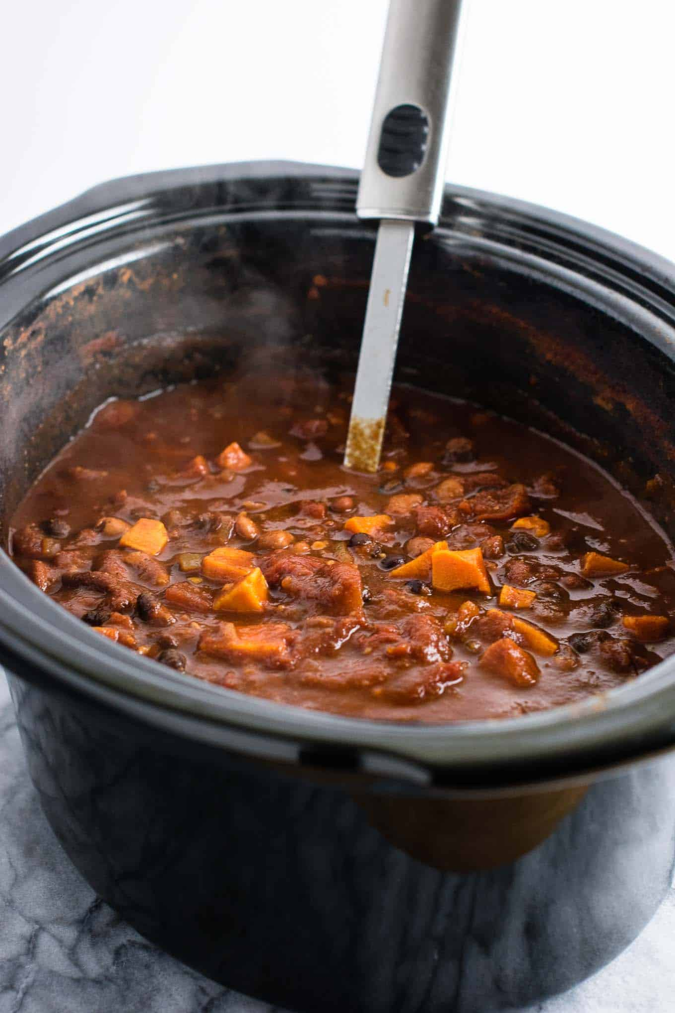 This slow cooker vegetarian sweet potato chili takes just 10 minutes to prep! #vegetarian #chili #sweetpotatochili #meatless #dinner #slowcooker #crockpot