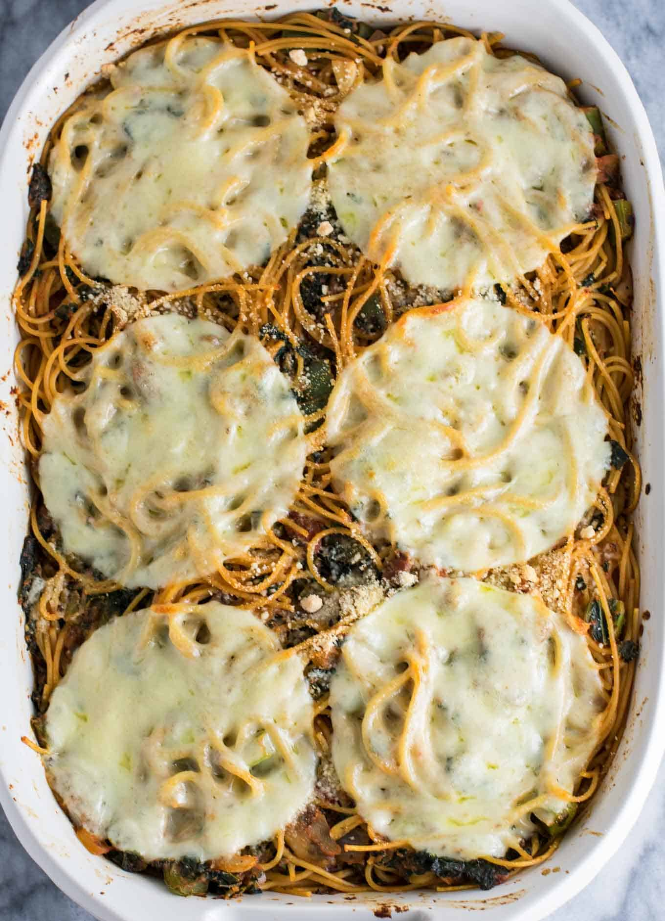 Healthy Baked Spaghetti Recipe – a healthier veggie packed way to get your pasta fix. Family friendly + easy weeknight dinner. #healthybakedspaghetti #vegetarian #dinner #bakedspaghetti #veggies