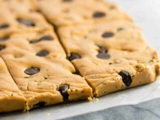 Chocolate Chip Peanut Butter Protein Bars made with honey, peanut butter, and a few other simple ingredients (gluten free.) Make these ahead for easy snack prep! #glutenfree #proteinbars #peanutbutter #chocolatechip #nobake #snacks #mealprep
