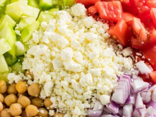 Cucumber chickpea greek salad with lemon olive oil dressing. I made this for meal prep lunches and it was amazing! #mealprep #vegetarian #salad #greeksalad #cucumbergreeksalad #chickpeagreeksalad #meatless #vegetariansalad