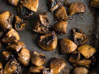 Quick and easy roasted mushrooms recipe. Perfect healthy side dish! #sidedish #roastedmushrooms #vegan #meatless #mushrooms #dinner #vegetables
