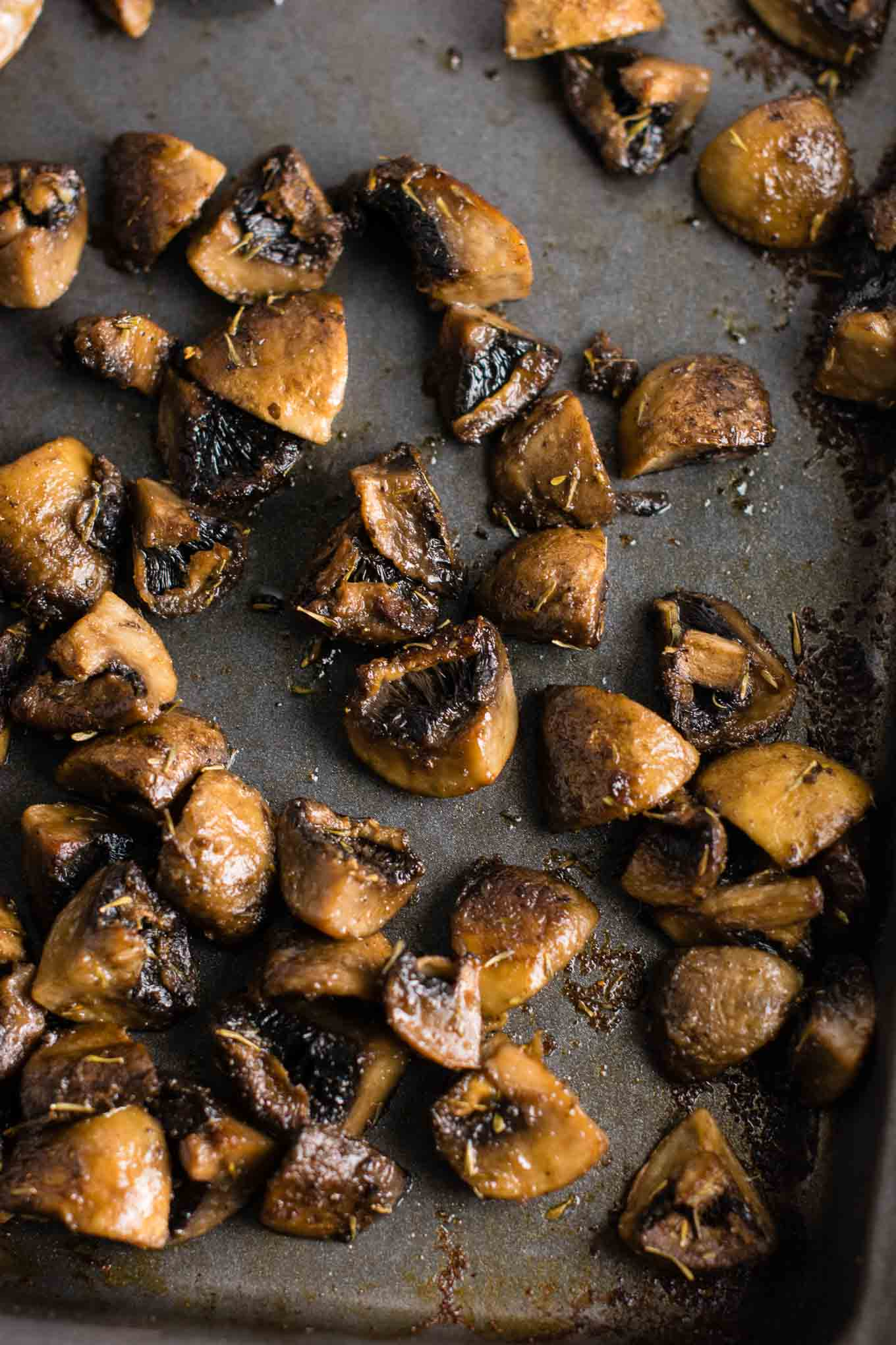 Quick and easy roasted mushrooms recipe. Perfect healthy side dish! #sidedish #roastedmushrooms #vegan #meatless #mushrooms #dinner #vegetables