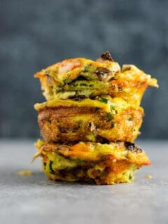 Healthy egg muffin cups recipe - these are perfect for meal prepping breakfast and they taste amazing! #eggmuffincups #breakfast #eggs #vegetarian #mealprep #mealpreprecipes #glutenfree #vegetarianbreakfast