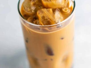 Learn how to make iced coffee at home with these easy delicious tricks! #icedcoffee #makeicedcoffee #homemadeicedcoffee