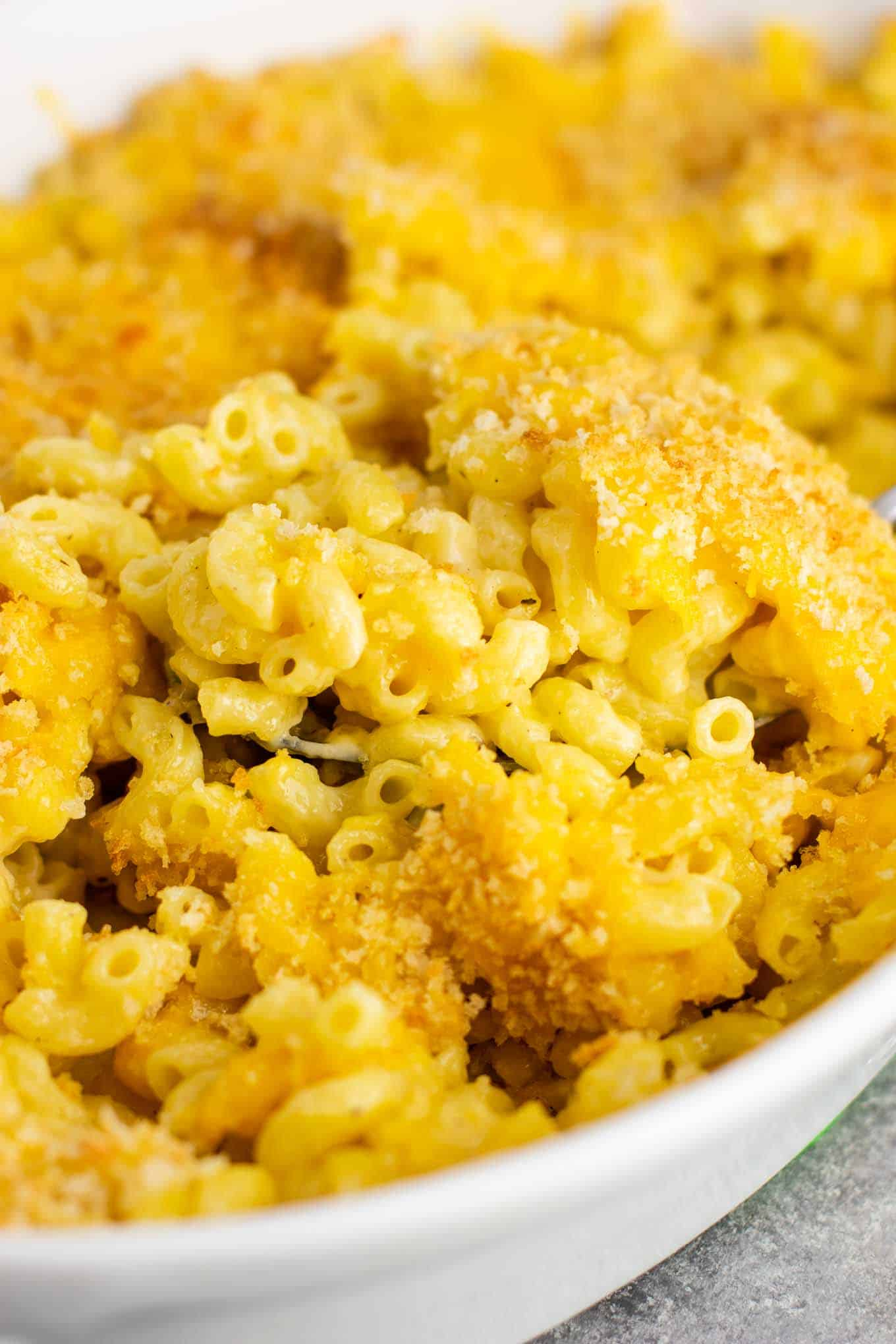 Baked Mac and Cheese - Classic baked comfort food that the whole family will love! #macaroniandcheese #bakedmacaroniandcheese #comfortfood #sidedish #macandcheese #soulfood