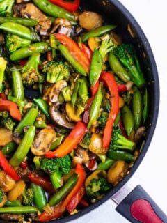 Stir fry vegetables recipe – with homemade stir fry sauce. This is amazing and has so much flavor! #stirfryvegetables #stirfry #stirfryrecipe #stirfrysauce #vegetarian #vegan #glutenfree #dinner #dinnerrecipe