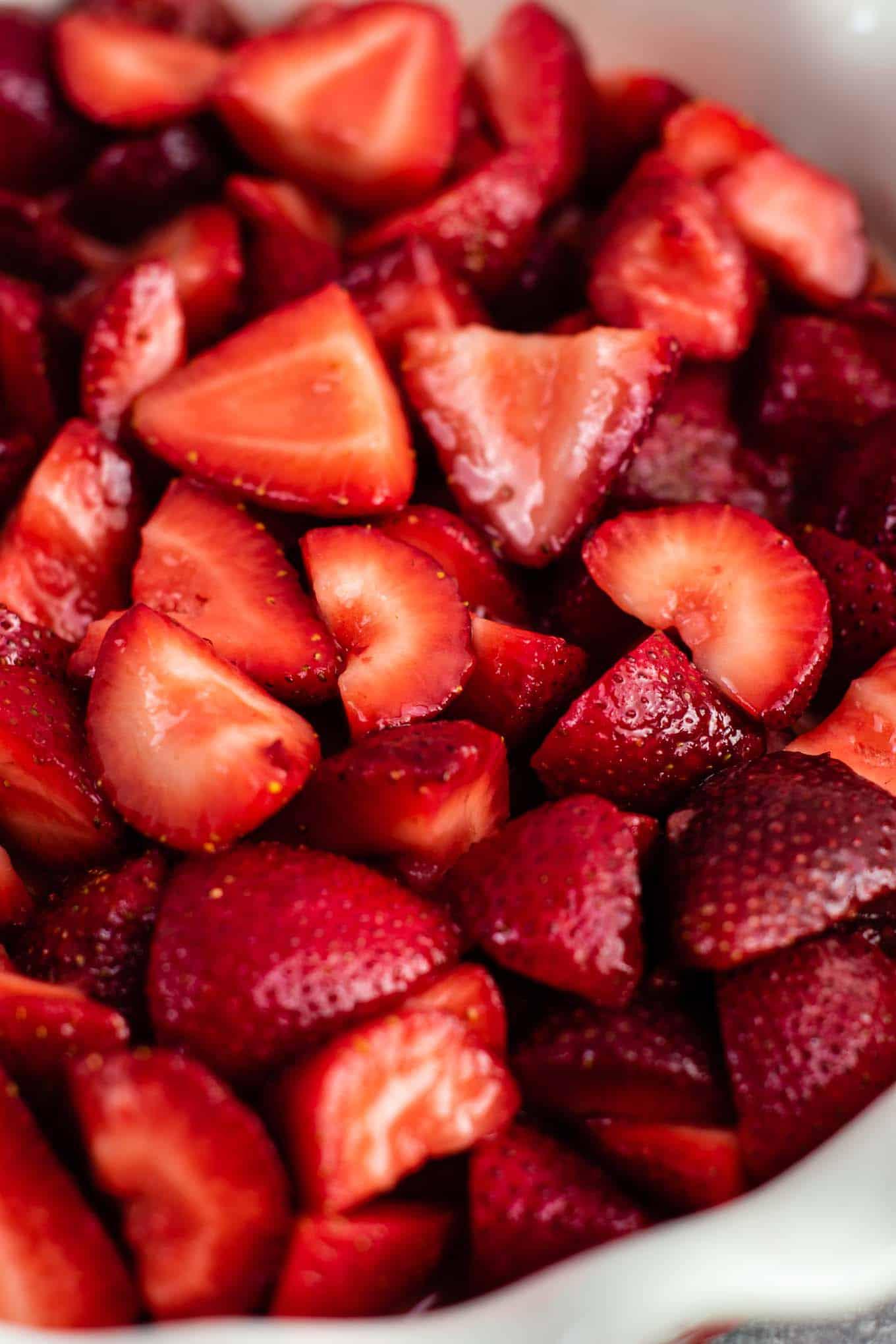 Easy strawberry crisp recipe (gluten free + vegan) – perfect for using up fresh strawberries! #strawberrycrisp #dessert #glutenfree #vegan #healthydessert #dairyfree