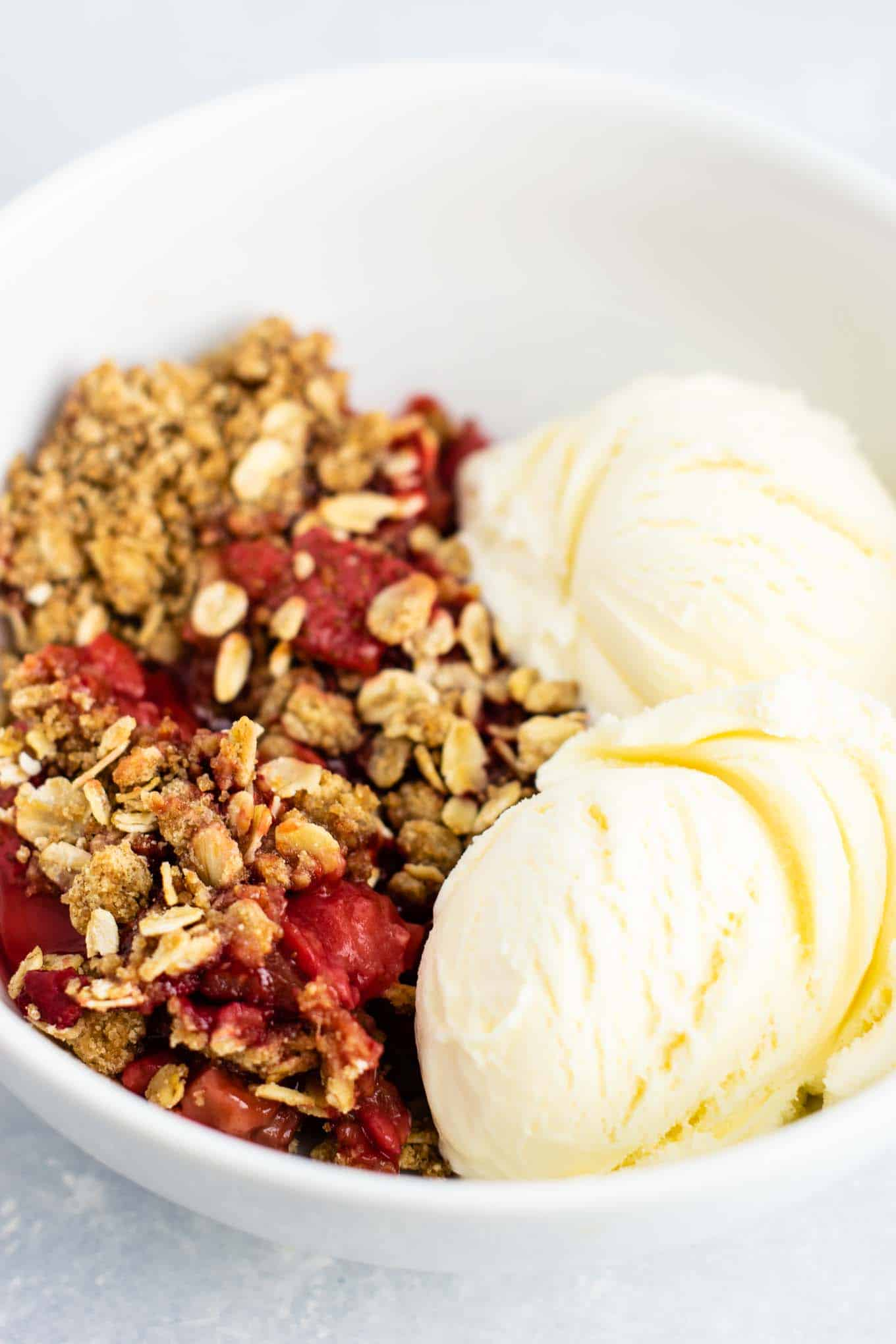Easy strawberry crisp recipe (gluten free + vegan) – perfect for using up fresh strawberries! #strawberrycrisp #dessert #glutenfree #vegan #healthydessert #dairyfree