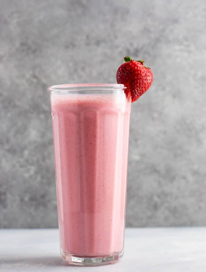 Strawberry smoothie recipe with fresh strawberries. Perfect for summer! #strawberrysmoothie #smoothie #vegetarian #breakfast #smoothierecipe #healthy #healthyfood #healthyrecipes #healthylifestyle