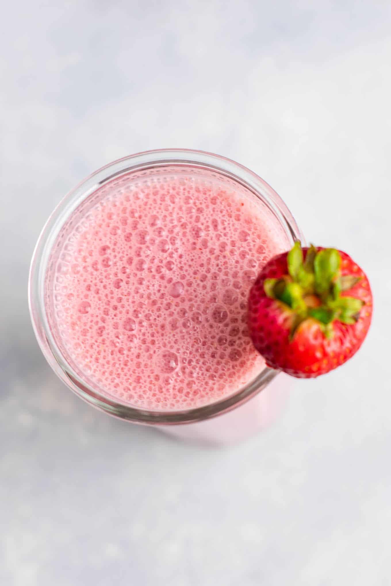 Strawberry smoothie recipe with fresh strawberries. Perfect for summer! #strawberrysmoothie #smoothie #vegetarian #breakfast #smoothierecipe #healthy #healthyfood #healthyrecipes #healthylifestyle