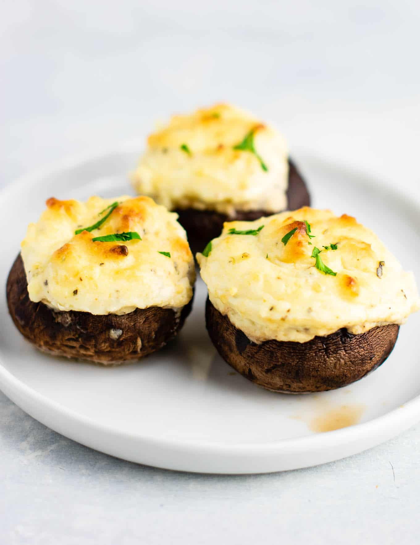 Easy Stuffed Portobello mushrooms with cream cheese and sour cream – a healthy vegetarian appetizer! (and low carb) #easyrecipe #creamcheese #vegetarian #appetizer #vegetarianappetizer #lowcarb #healthy #healthyrecipe #healthyappetizer