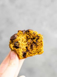 Gluten free pumpkin muffins with dark chocolate chips – these are AMAZING! And they don't fall apart like a lot of gluten free stuff (they use oat flour and coconut flour) #glutenfree #pumpkinmuffins #pumpkinrecipes #healthyrecipes #muffins #healthymuffins #glutenfreemuffins