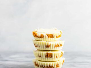 Gluten free white chocolate pumpkin cups – if you love white chocolate you will go crazy for these! Like homemade reese's cups but with pumpkin! #glutenfree #dessert #pumpkin #whitechocolate