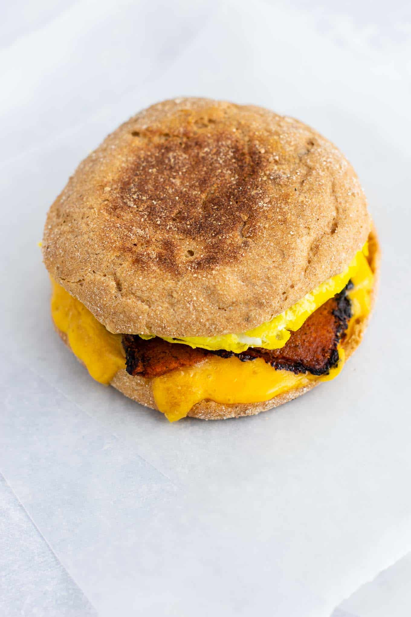Vegetarian meal prep ideas – these easy English muffin breakfast sandwiches taste amazing and are so easy to make! #vegetarian #breakfast #mealprep #englishmuffin #breakfastsandwich