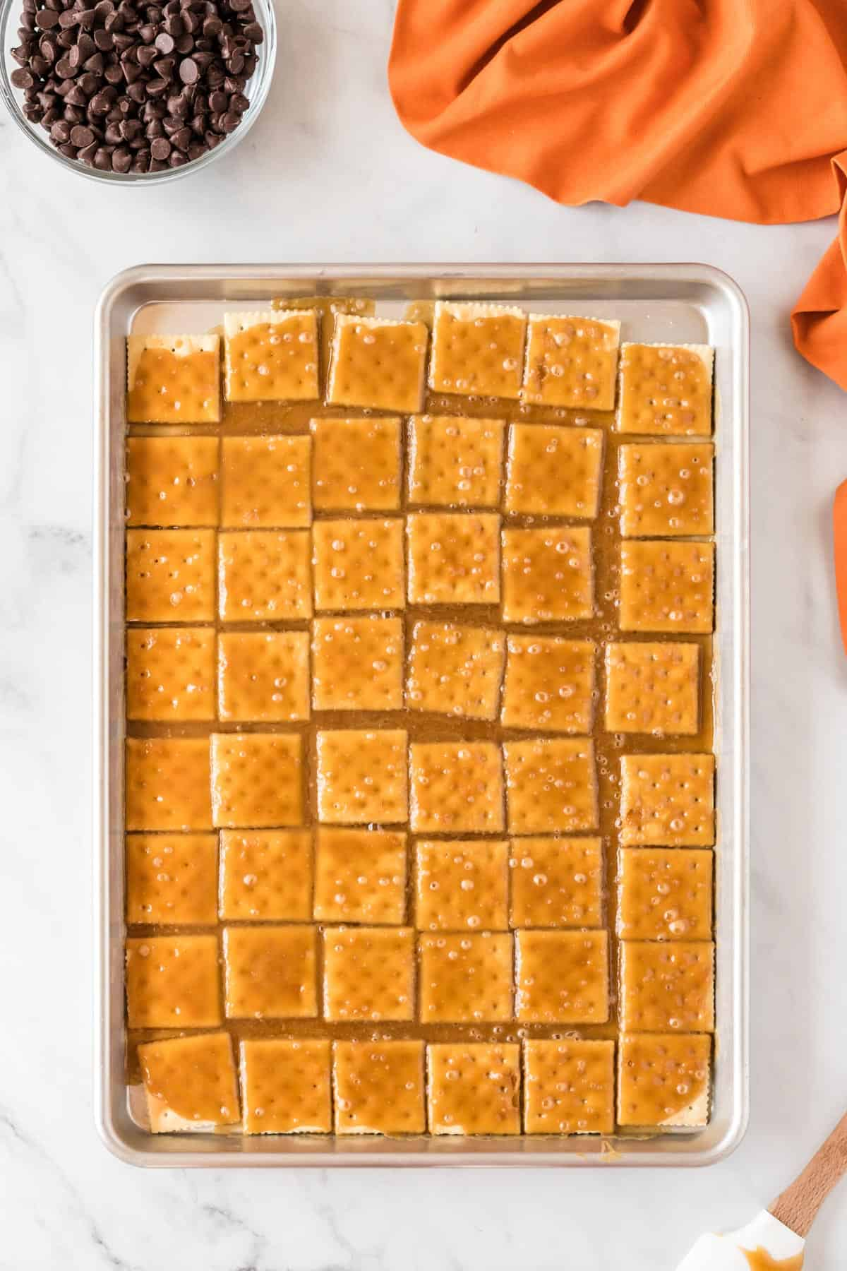 baking sheet with saltine crackers covered in toffee